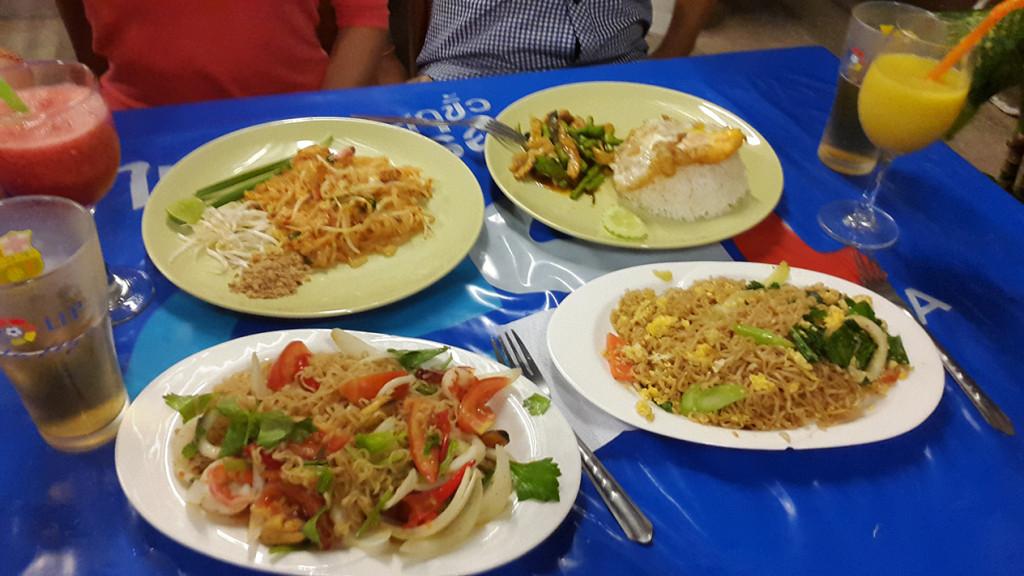 Нижнее левое блюдо самое дорогое - 100 бат. Остальные по 50 и 60 бат