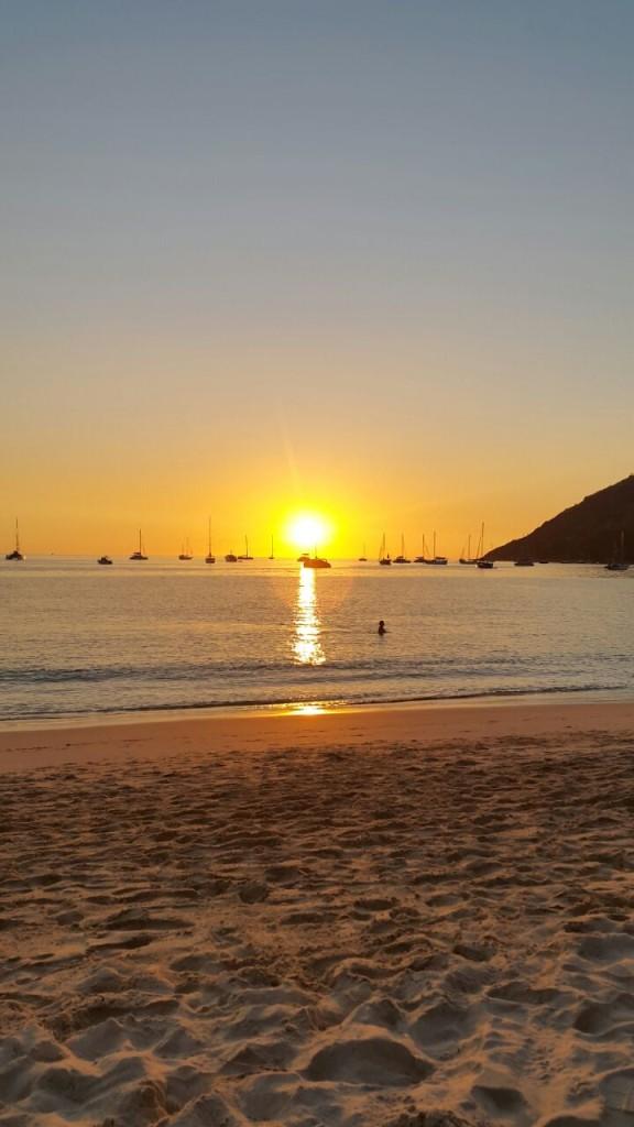 Красивый закат на пляже Nai Harn