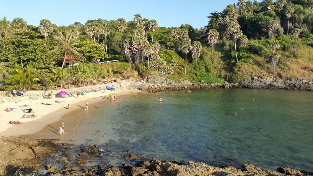 Очень красивый пляж Yanui. Вид с прибрежной скалы, на которую можно забраться.