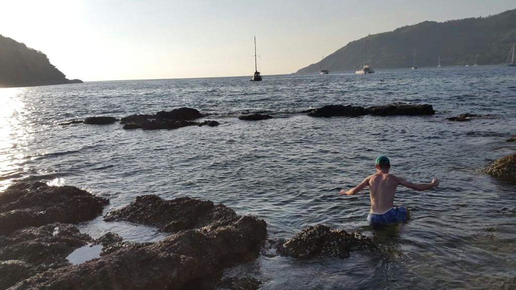 Пляж Yanui каменистый, не очень удобно плавать, зато можно полазить по камням.