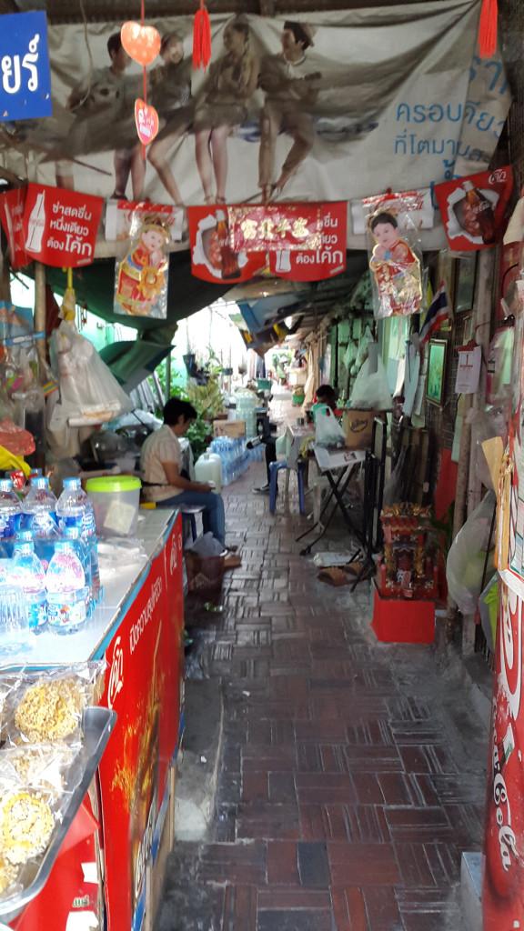 Улица вдоль рынка