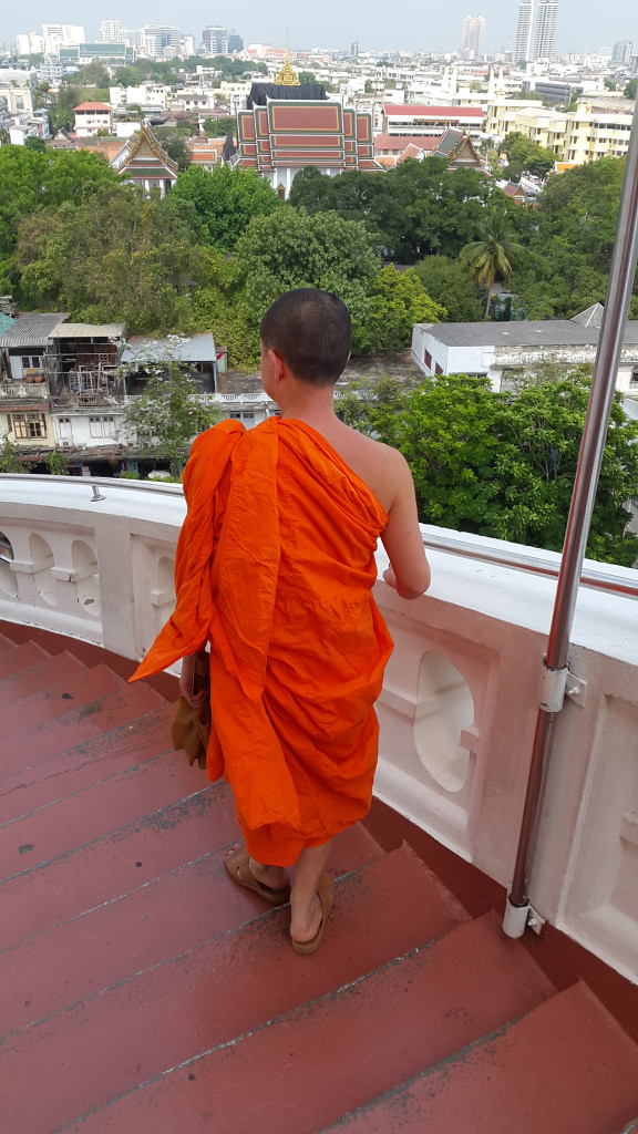 По пути встречались монахи