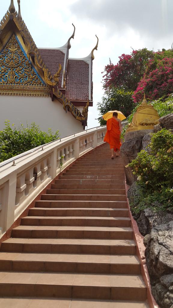 Модный монах с зонтиком