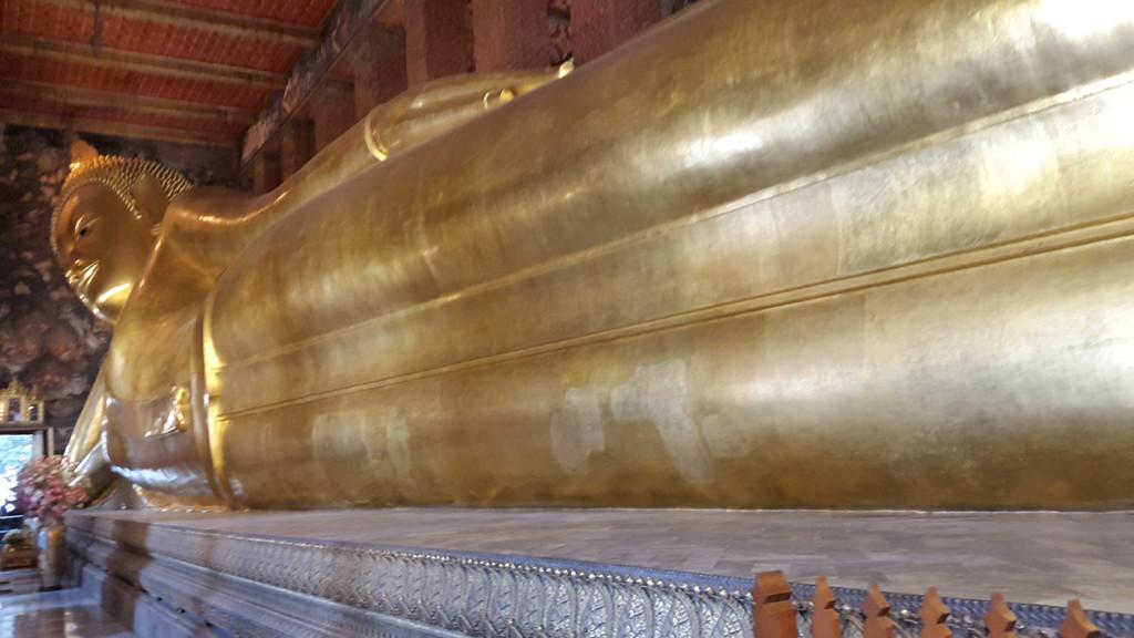 Очень большой лежащий Будда