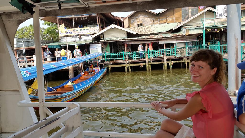Переплываем реку, чтобы попасть к храму рассвета
