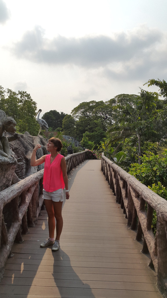 Есть отдельный мостик над зоопарком