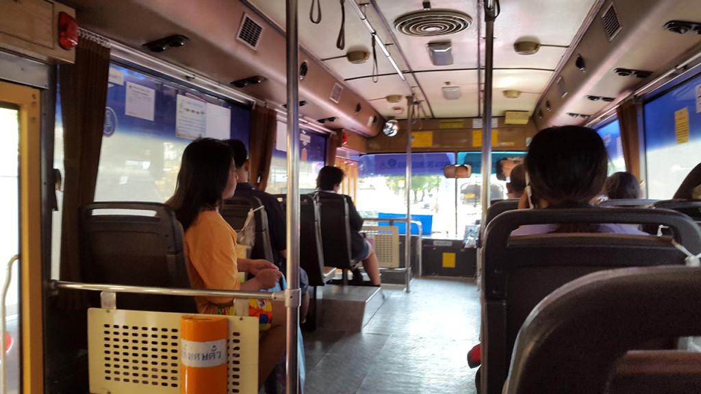 Едем в автобусе к посольству. Автобусное сообщение очень удобное и самое дешевое