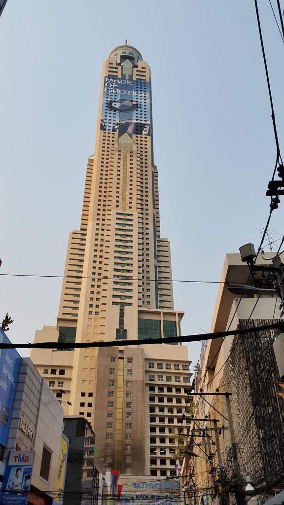 Наконец показался главный небоскреб
