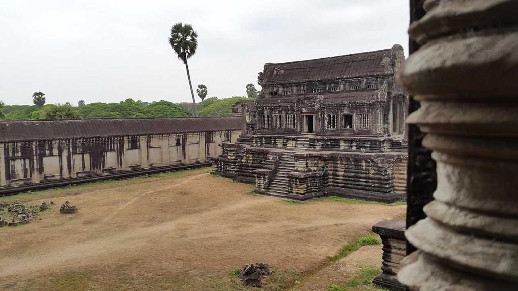 Гуляем по Ангкор Ват. Здесь очень много места и не там много людей, поэтому вы легко растворитесь и будете чувствовать себя наедине с величественными храмами.