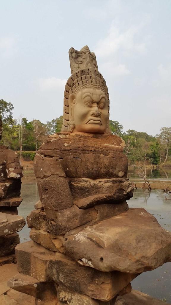 Это уже въезд в другой комплекс, чуть дальше Ангкор Ват. На карте он находится за Ангкор Ват с левой стороны и выглядит гораздо больше. Внутри это целый город. Впрочем, именно городом он и являлся в своем время, так же как и Ангкор Ват.