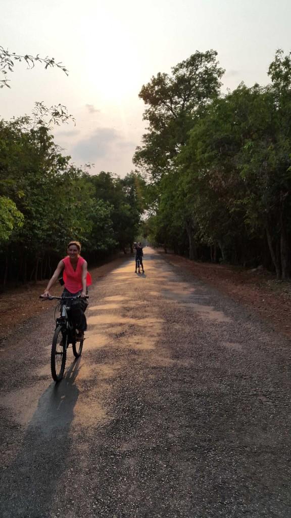 Машин нет, дорога хорошая, без подъемов и спусков, вокруг храмы и деревья, очень круто.