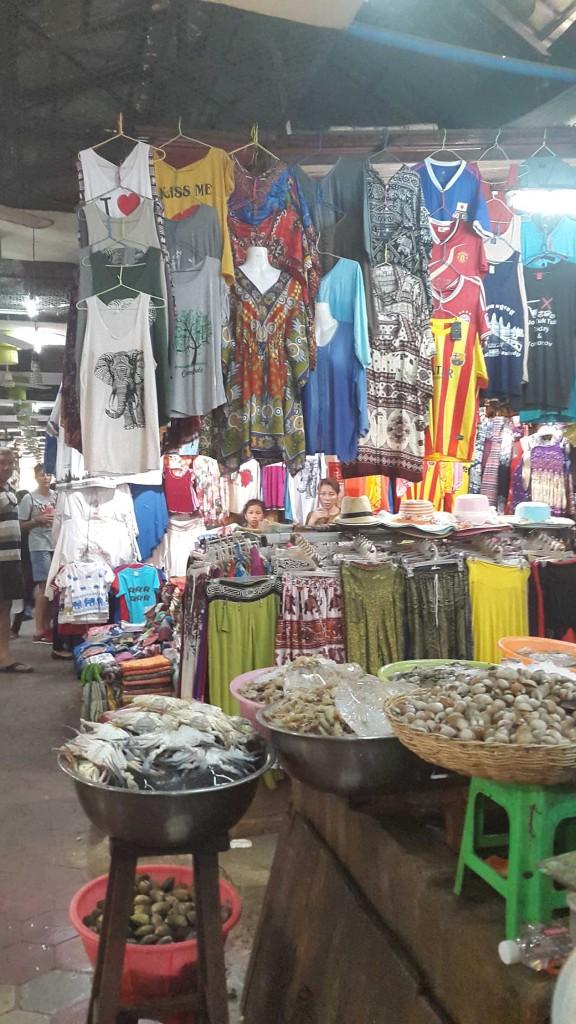 Рыбу и вещи продают на соседних прилавках