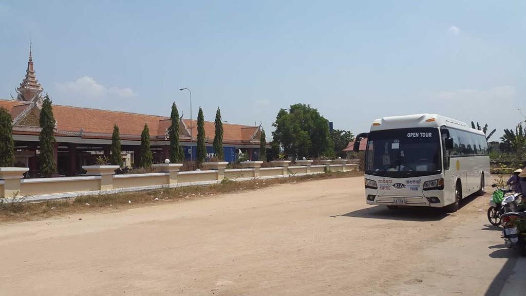 Ждем пока нам проставят отметки о выезде из Камбоджи. Слева на фото пограничный контроль