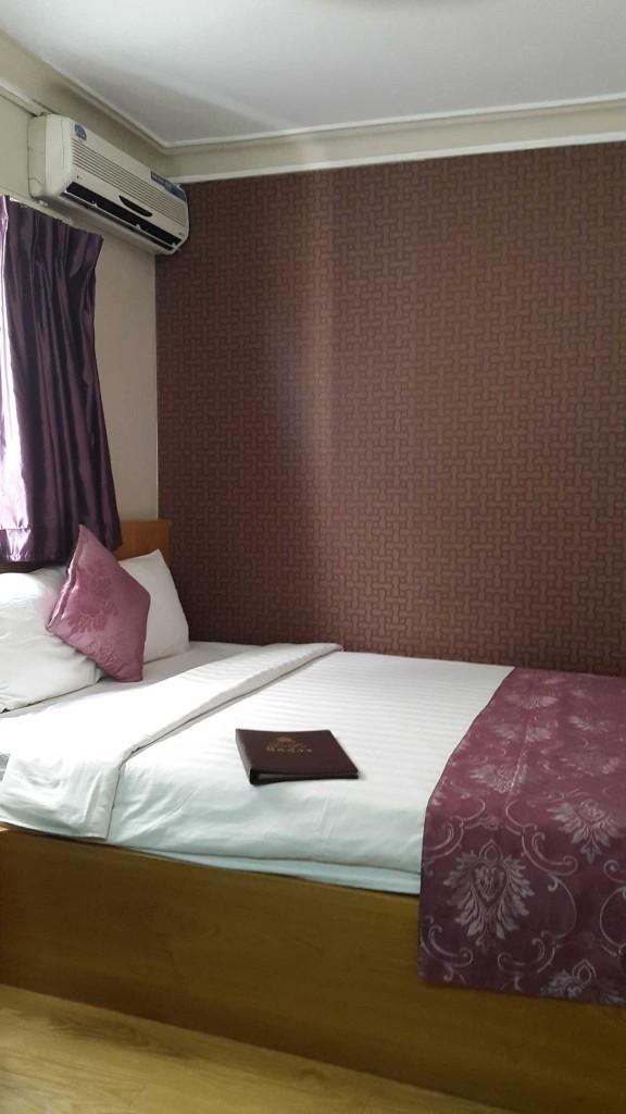 Наш номерок в LE LE Hotel за 18$ в сутки. У отеля очень хорошее местоположение и очень классные завтраки. Рекомендую.