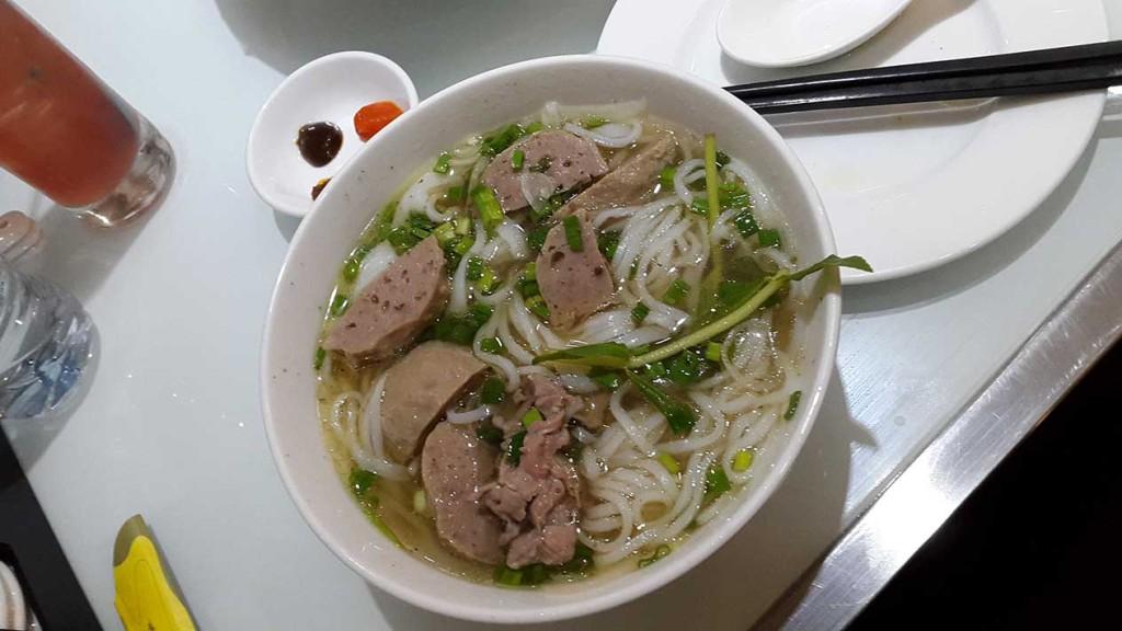 Ужин после приезда мы провели в местном ресторане бистро. На фото маленькая порция супа! Очень вкусно и очень сытно. Стоит 2$