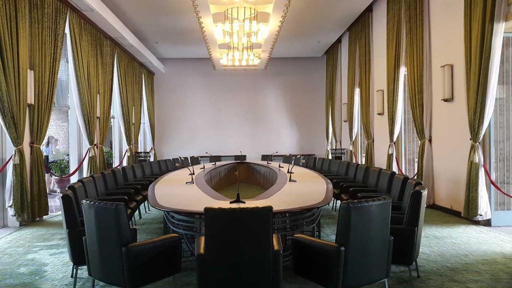 Главная переговорная комната