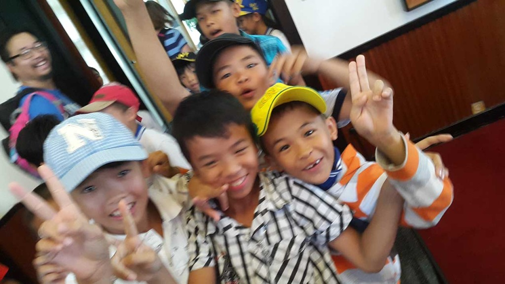 Дети носились по дворцу независимости и с удовольствием кривлялись на камеру