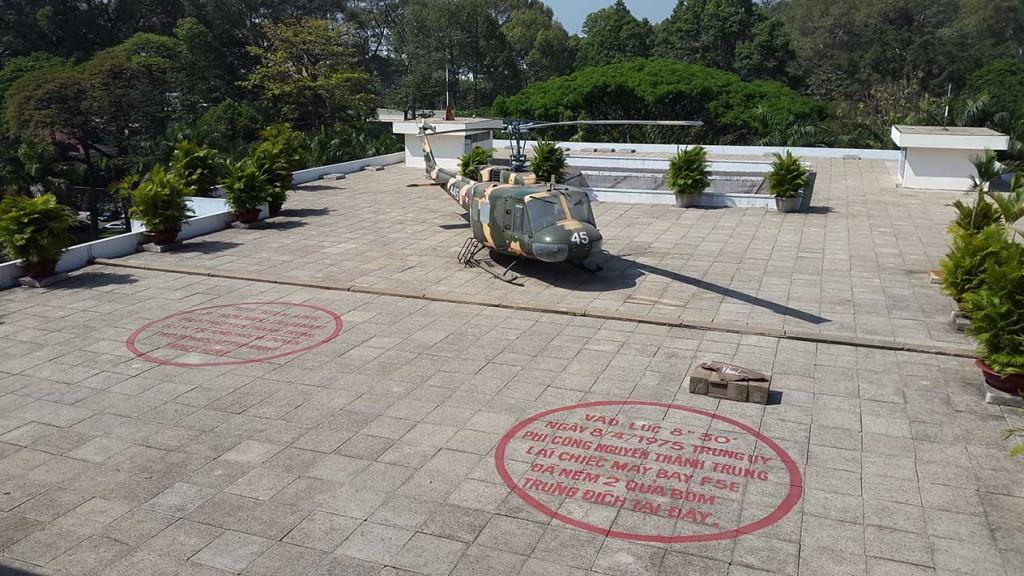 А вот вертолет на крыше дворца независимости