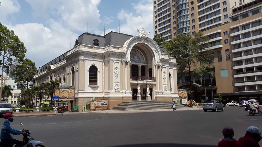 А вот здание оперы
