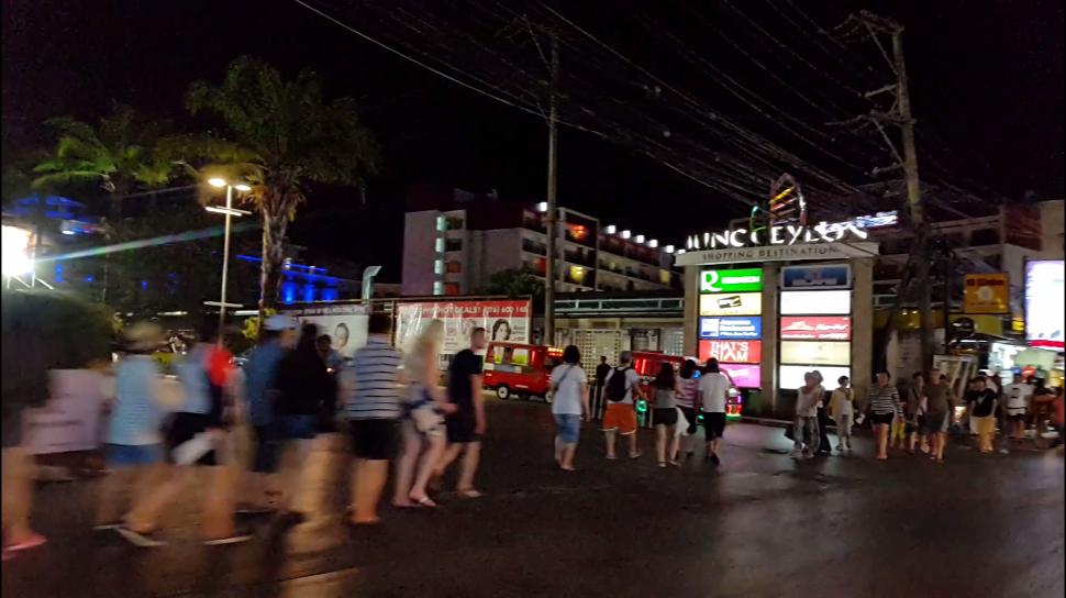 Патонг: люди идут по своим туристическим делам)