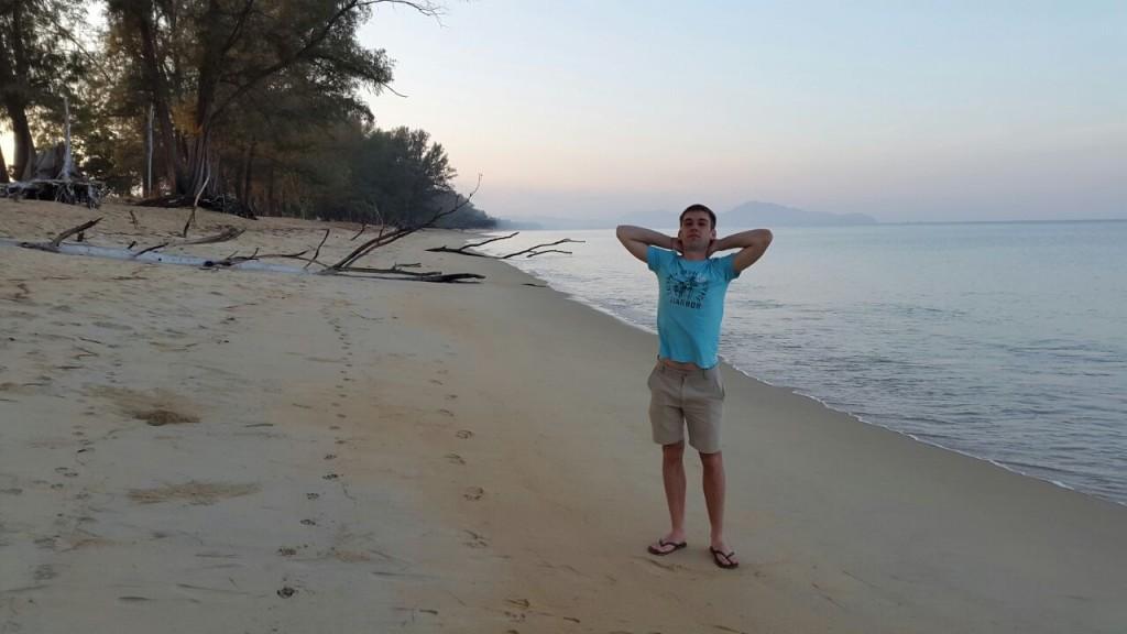 Очень большой и совершенно безлюдный пляж. Правда и время раннее, около 6 утра.
