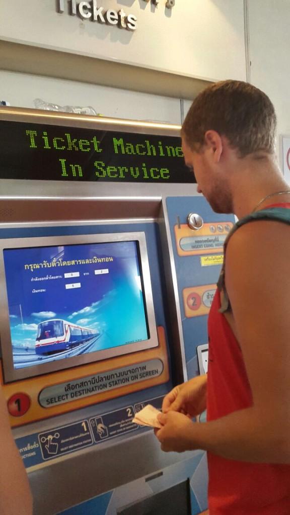 За день до отъезда мы поехали на северный автовокзал Бангкока, чтобы купить билет на автобус до Камбоджи. Сначала ехали на метро. Метро новое и достаточно дорогое, порядка 45 рублей.