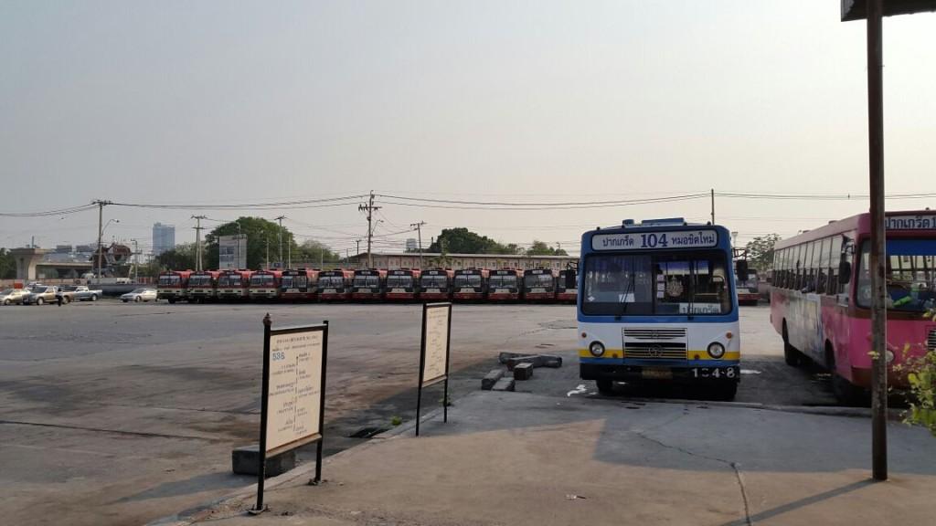 От конечной станции метро, которая и называется Mo Chit, как и автовокзал, до самого автовокзала нужно пройти где-то 2 км.