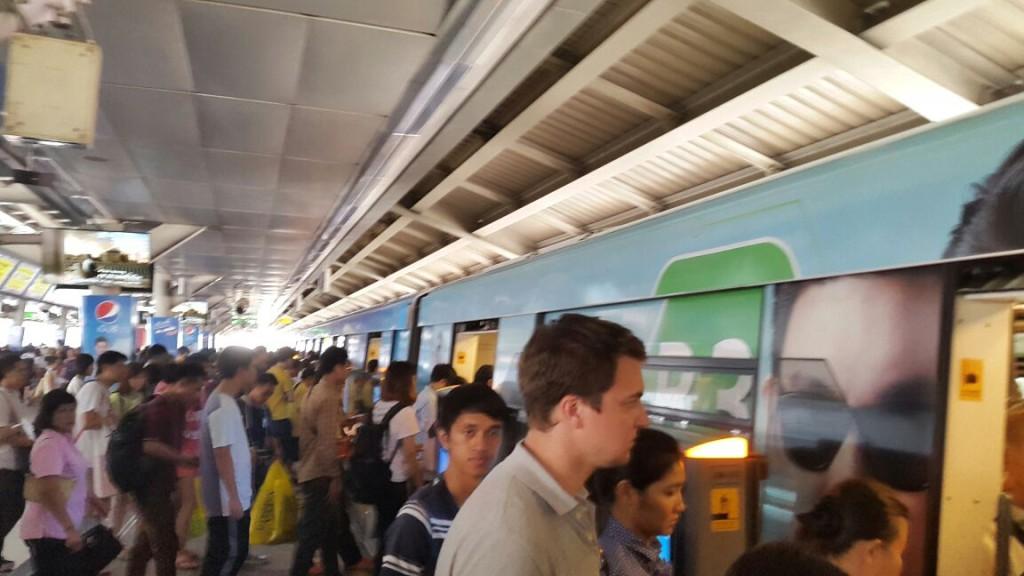 А перед вагонами выстраивается строгая очередь из людей, стоящих друг за другом. Очень организовано, хотя у нас бы вряд ли сработало.