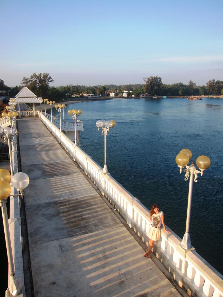 Вид с обзорной площадки на мост Сарасин. Впереди начинается Пхукет.