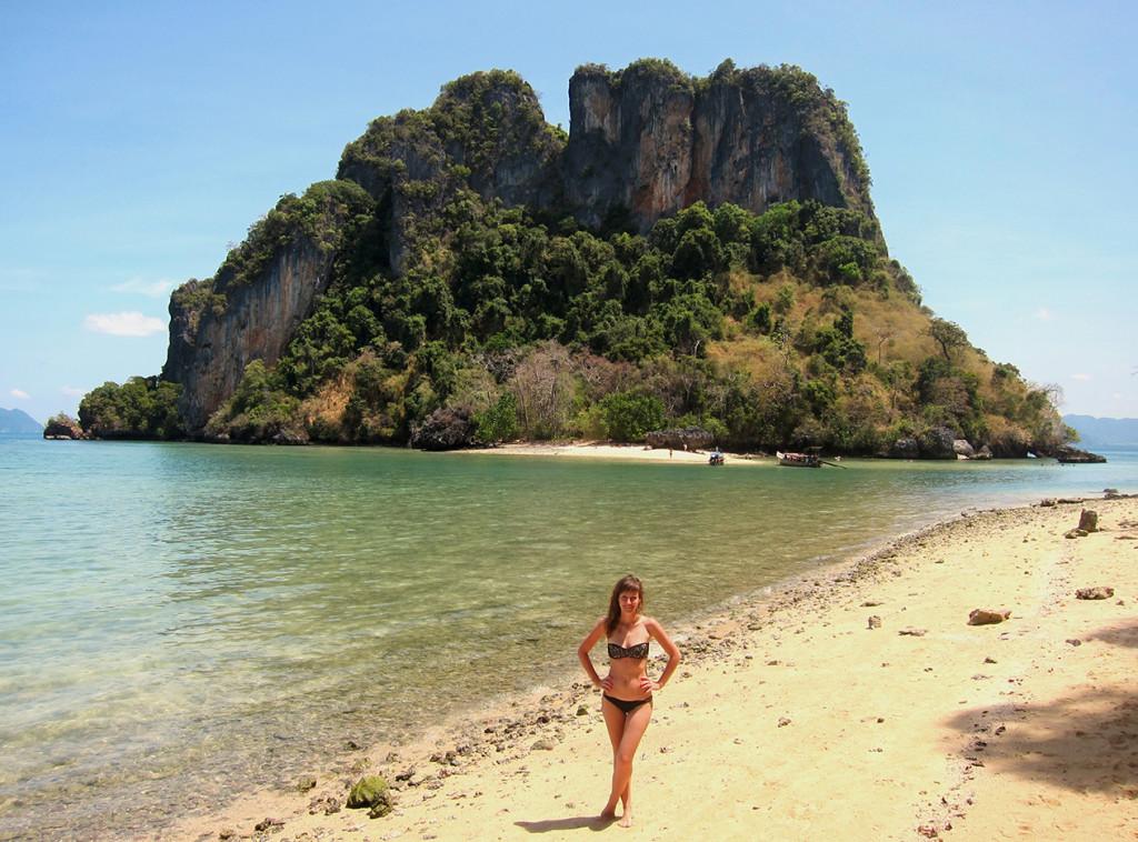 Лена стоит на пляже острова Pakbia, а прямо за спиной вид на пляж острова Rai