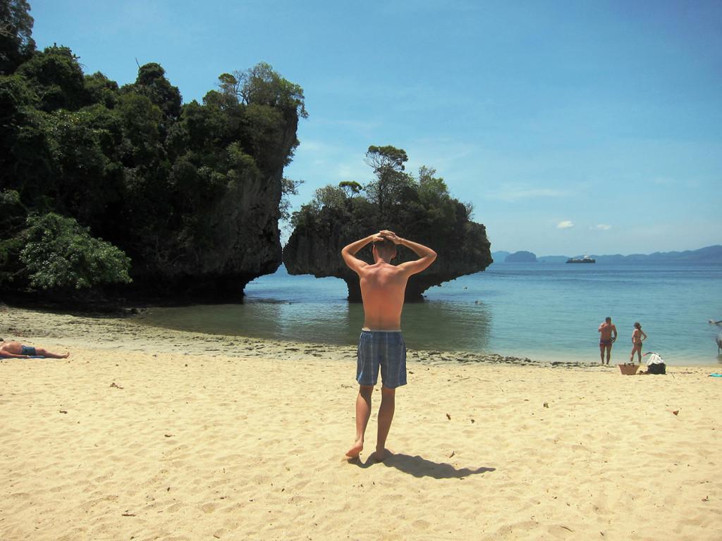 Красивый скалы на пляже Pakbia. Вид с другой стороны острова.