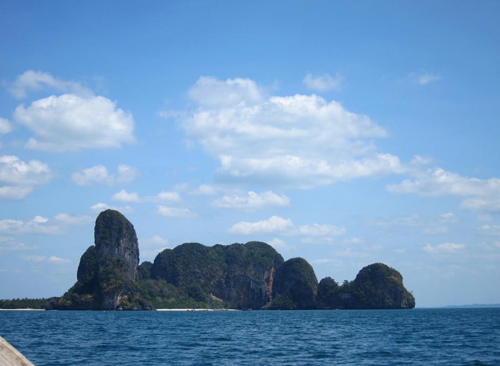 Только с воды можно добраться до пляжа Railay. На фото справа в окружении скал находится пляж Phra Nang, слева виден кусочек пляжа Railay.