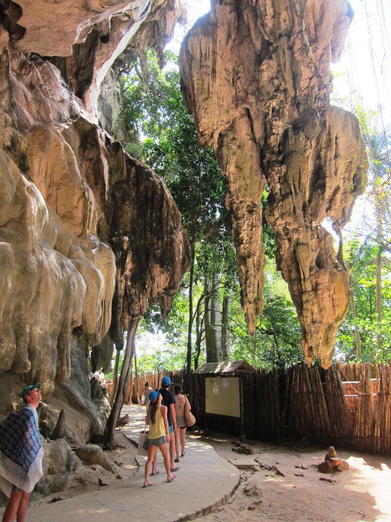 Дорога к пляжу пролегает вдоль скал со сталактитами и сталагмитами.