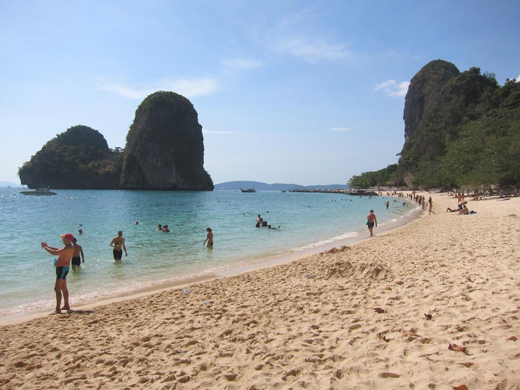 Множество туристов на пляже Phra Nang