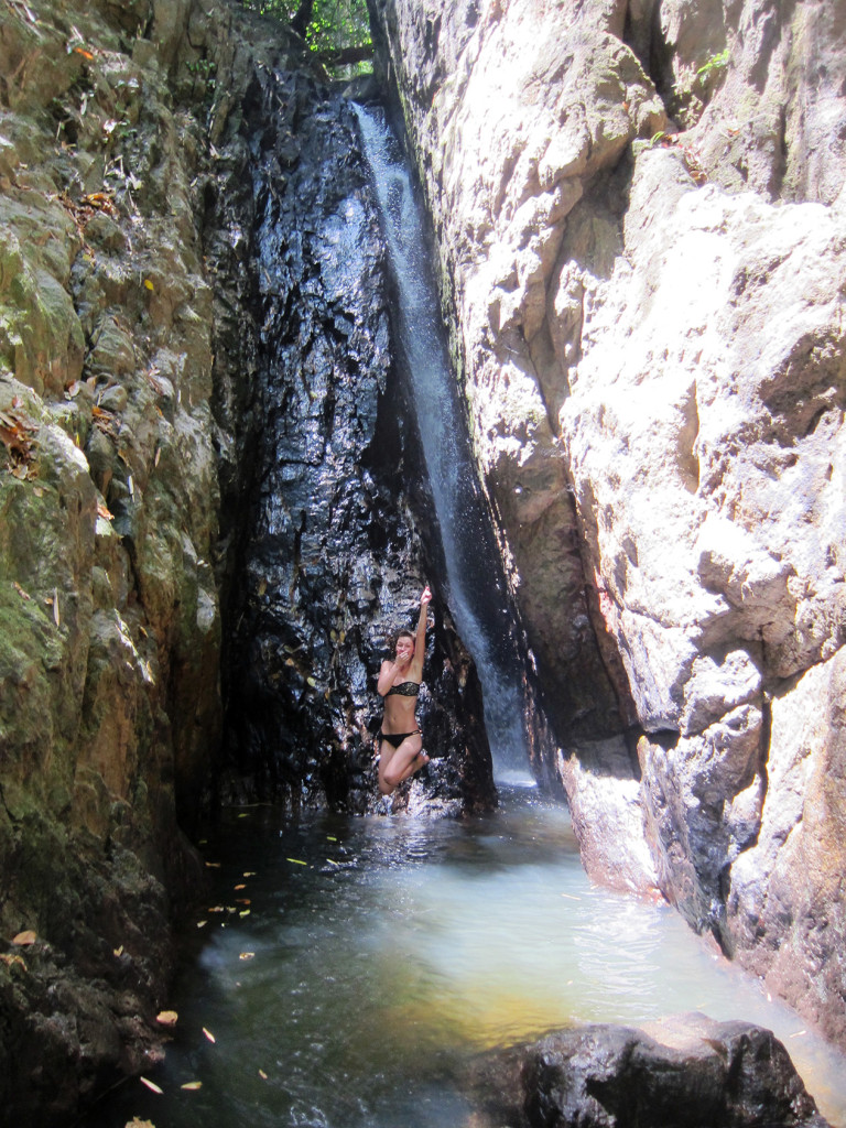 Здесь можно даже попрыгать, т.к. дно глубоко. При этом, если подлезть непосредственно к самому водопаду, то там на дне песочек, так что можно спокойно подлезть очень близко.
