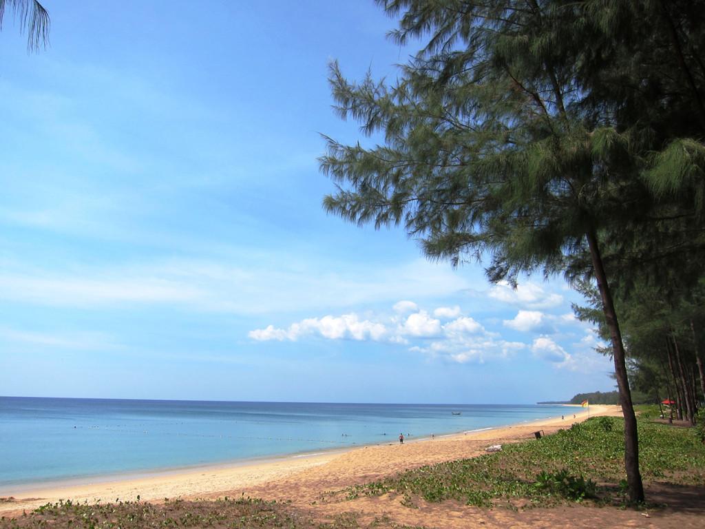 Зато сам пляж при отеле Centara не такой крутой, как если пройти в сторону аэропорта.