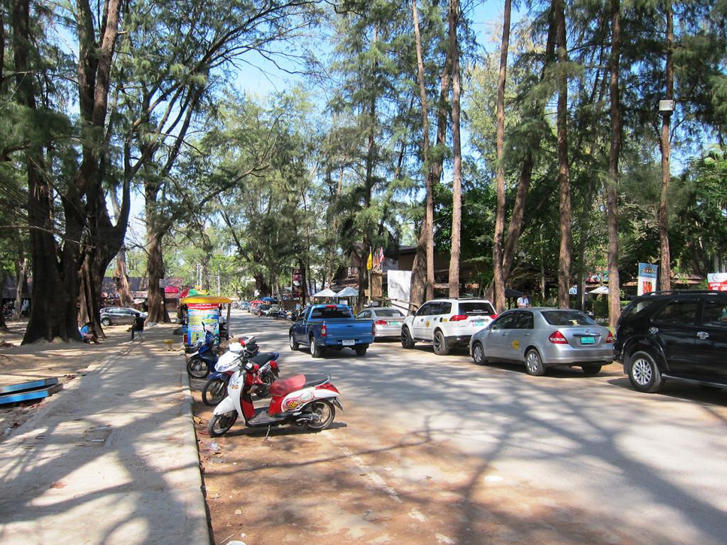 Набережная улица пляжа Nai Yang. Здесь вы найдете множество кафе, магазинов и массажный салонов. В общем все необходимое туристу здесь есть.