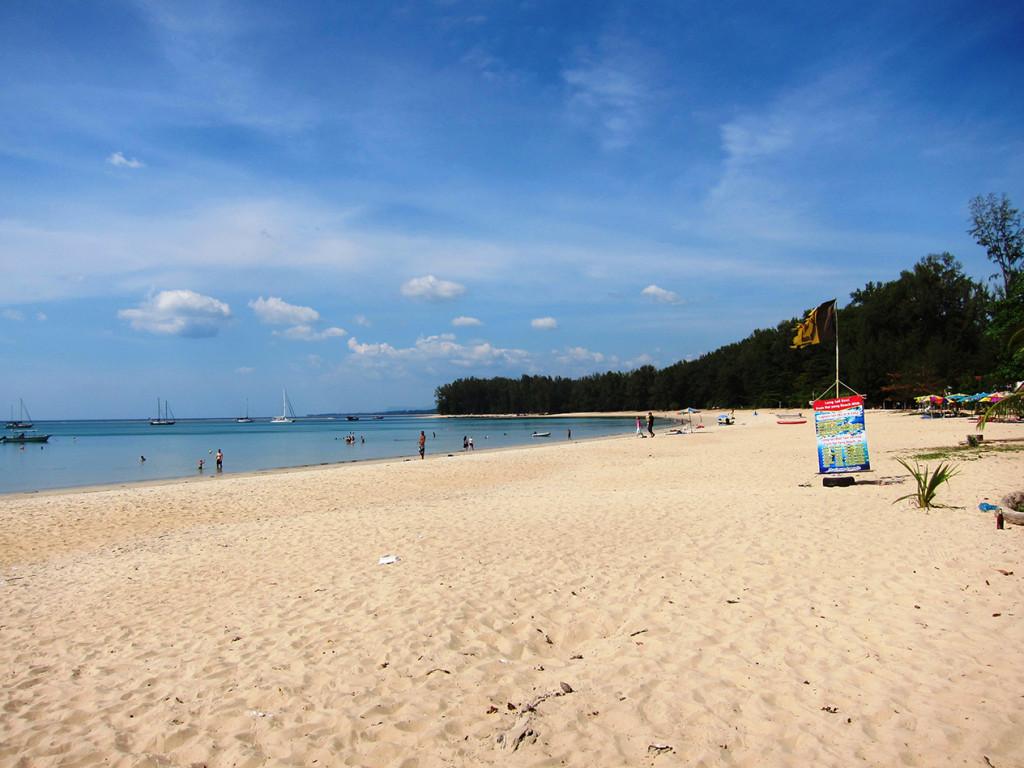 Широкая пляжная полоса пляжа Nai Yang