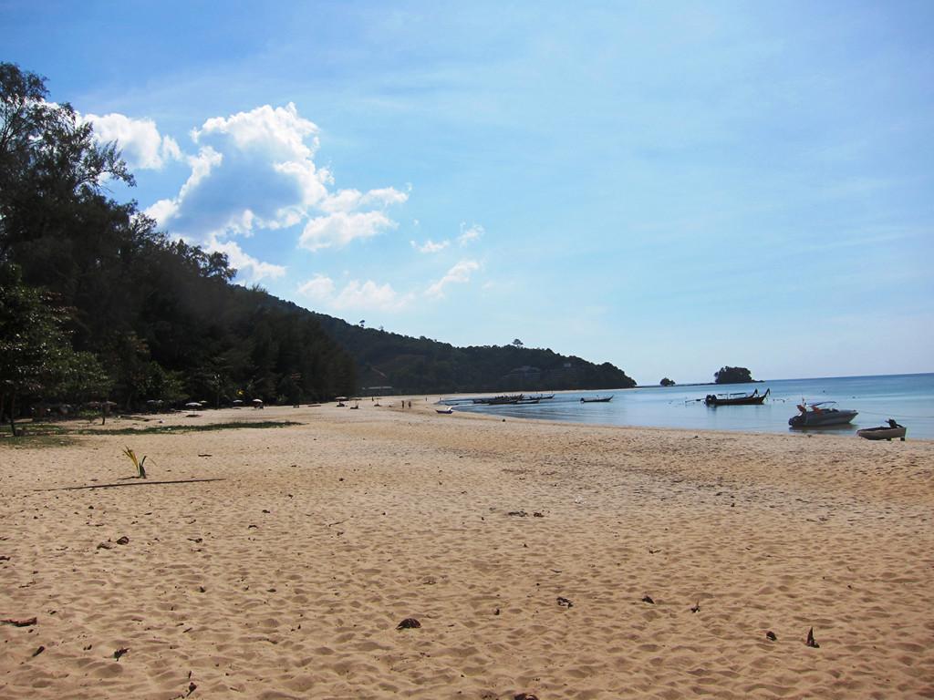 Заброшенный отель находится в самом конце пляжа и расположен на холме. Напротив него есть островок, на который мы лазили во время прошлого отдыха на Nai Yang. До островка можно дойти вброд перейдя море. Уровень воды будет по пояс, но нужно следить за приливами).