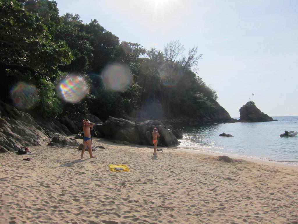 На Banana Beach есть камни, рядом с которыми можно заняться снорклингом.