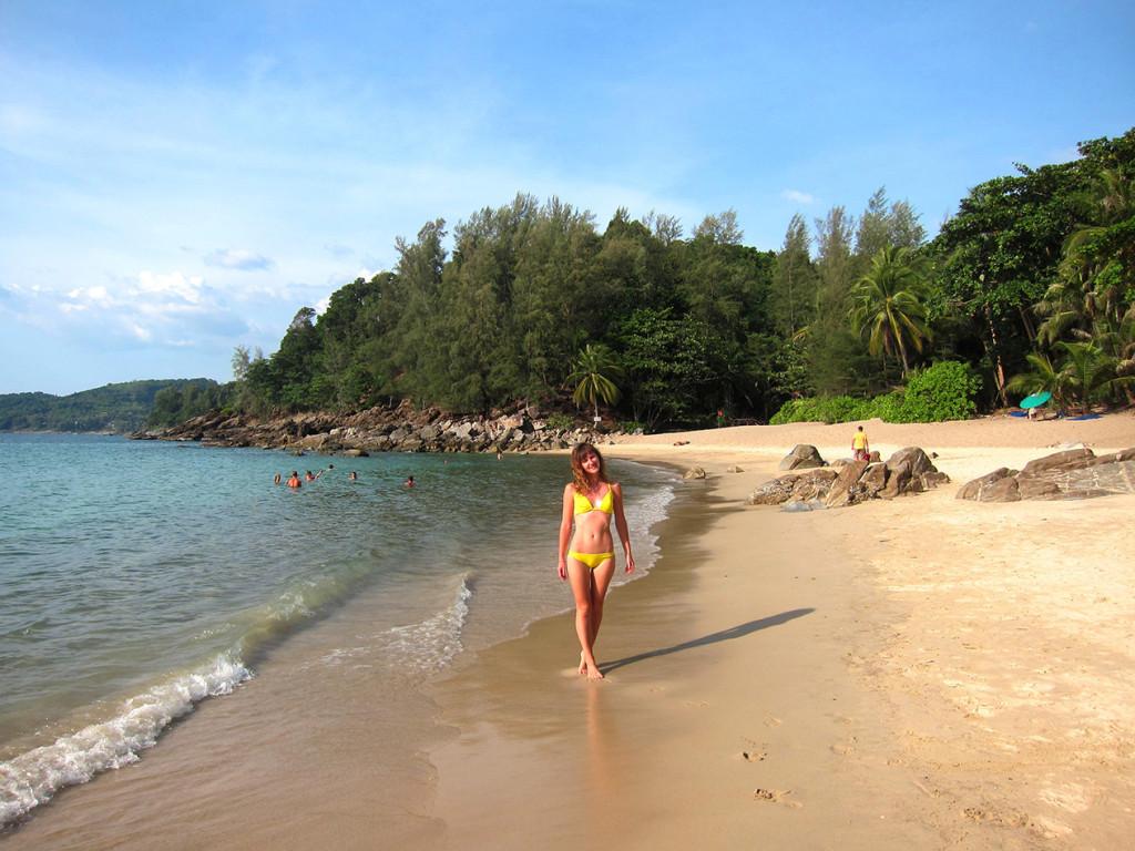 Пляж очень красивый и по форме напоминает банан.