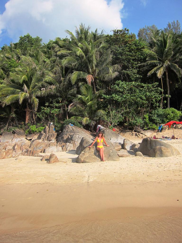 А мы исследуем территорию пляжа