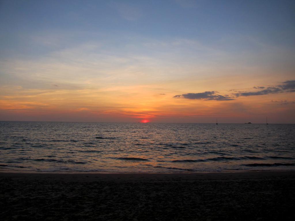 Красивый закат на пляже Bang Tao