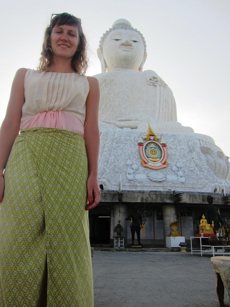 Большая Лена рядом с Большим Буддой.