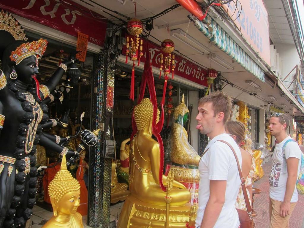 По дороге между храмами нам встречались сотни магазинов со статуями монахов, будды и т.п.