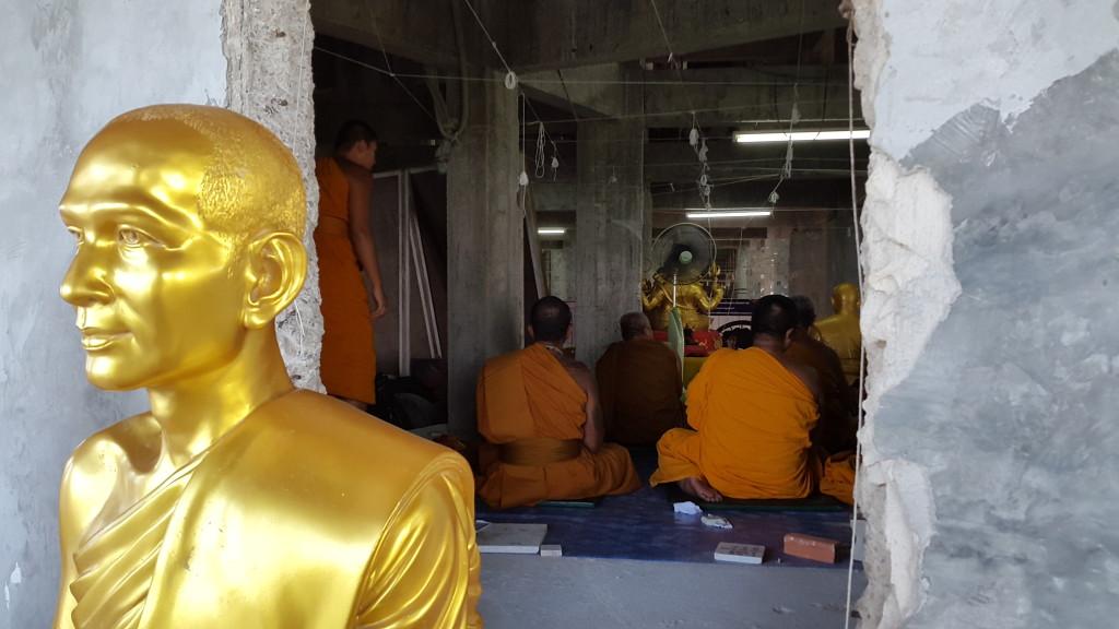 Внутри самого храма, в это самое время проходила служба реальных монахов. Они читали молитвы на протяжении всего времени, что мы были рядом с храмом, практически без перерывов.