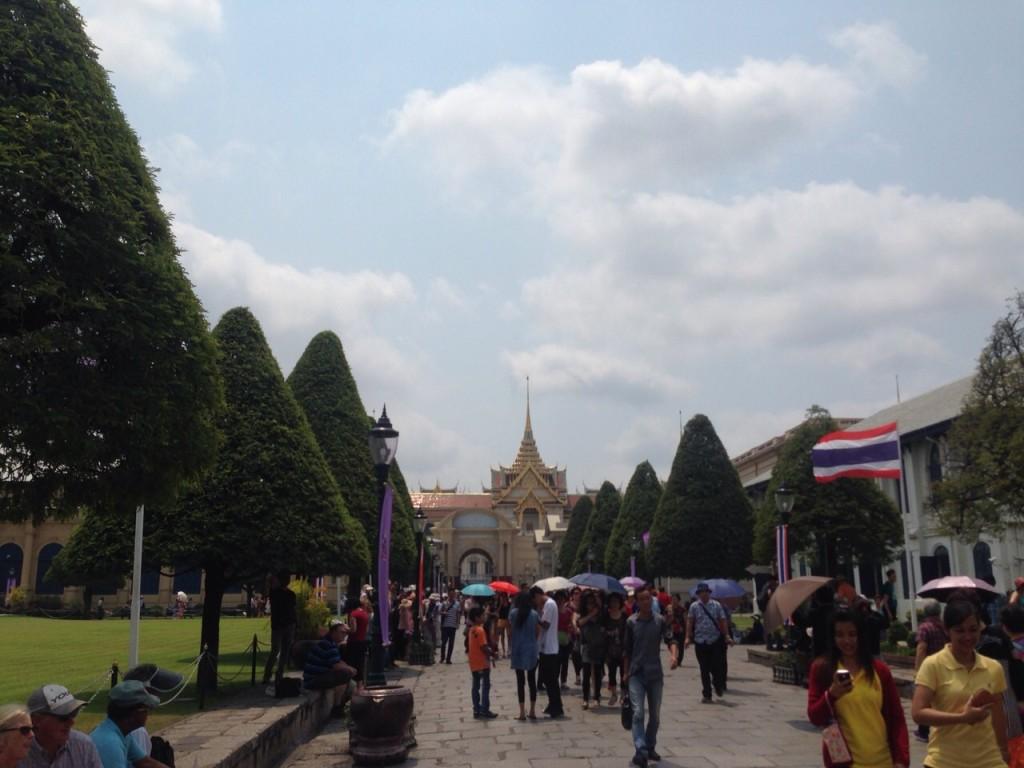 Толпы людей в большом дворце