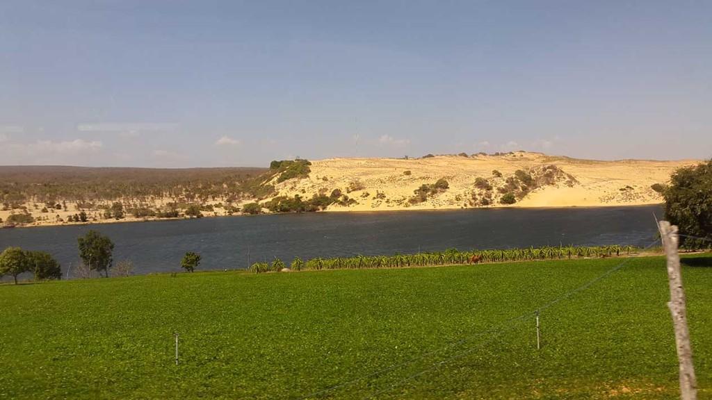 На фото может не очень хорошо видно, но цвет реки был также очень необычным.