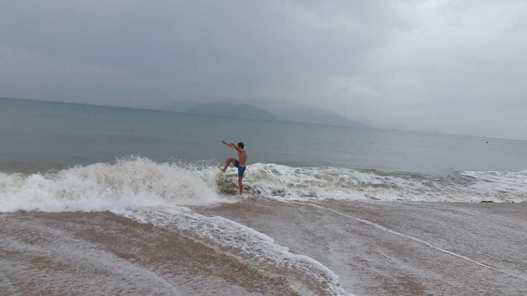 Мы приехали когда море было активное. Когда уже уезжали, оно стало спокойнее