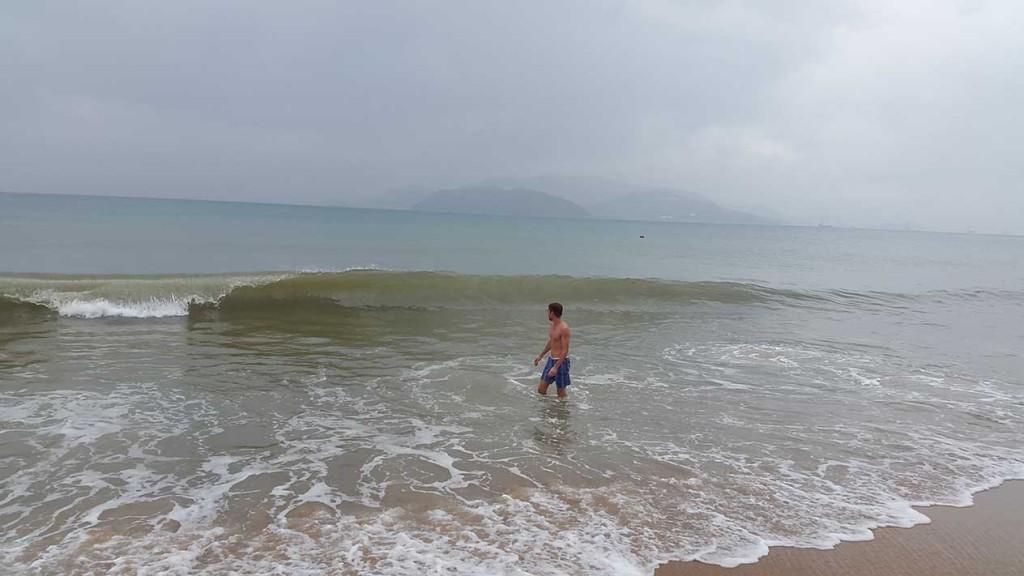 Море очень классное. На фото достаточно пасмурно. Тем не менее в Ня Чанге по ощущениям жарче, чем на Пхукете, поэтому облачность наоборот радовала.